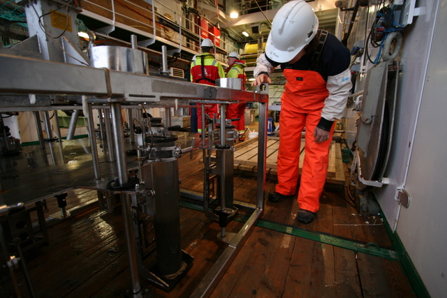 Multicoreren, som tar sedimentkjerner for geologene og kjemikeren ombord