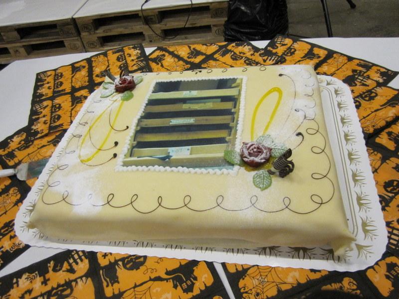 """På kaken er et bilde av skuffer merket """"Uidentifiserte"""" """"Problematiske"""" og """"rot"""""""