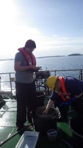 Martin (t.v.) på feltarbeid i hjemlige farvann