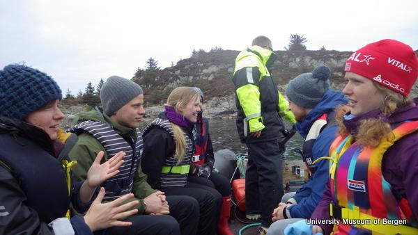 Lettbåtfrakting over til holmen vi skal undersøke