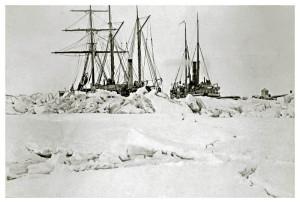 """""""Dijmphna""""og """"Varna"""" den 4. November 1882 omkranset av skruis. Fotograf: J.S.A. Borch (Djimphnas fotograf)"""