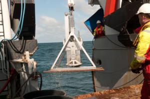 En boxcorer på vei inn med ferdig prøve av havbunnen. Foto: AHS Tandberg