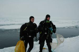 To dykkere med innsamlingshov for å samle amfipoder under havisen. Foto: AHS Tandberg