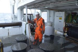 Hans Tore svabrer dekk etter den gjørmete sledeprøven (deler av prøven i stamper foran) Foto: AHS Tandberg