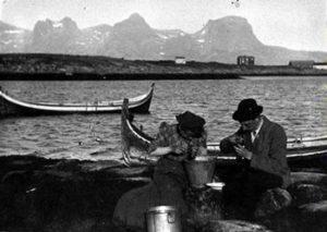 """Fjæreinnsamling i Nordland. Langt skjørt og hatt på plass! Foto fra web-utstillingen """"Alma Maters Døtre"""" - UiO"""