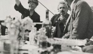 """Kristine Bonnevie på naturhistoriker-møte i Gøteborg. Albert Einstein ved siden. Foto fra web-utstillingen """"Alma Maters Døtre"""" - UiO"""