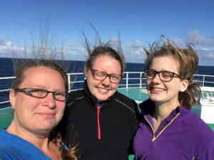 Dagens biologer klare for sommerinnsamling! Anne Helene, Tone og Hilse på framdekket på forskningsbåten G. O. Sars. Foto: AH Tandberg