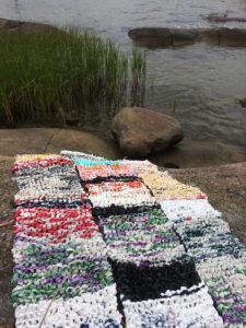 Kunstneren Pippip Ferner (www.pippip.no) har i lengre tid jobbet med å lage kunst av plast hun har samlet fra naturen i sitt eget nærområde. Dette er et flere meter langt teppe som er strikket av plastposer fra veikanten.